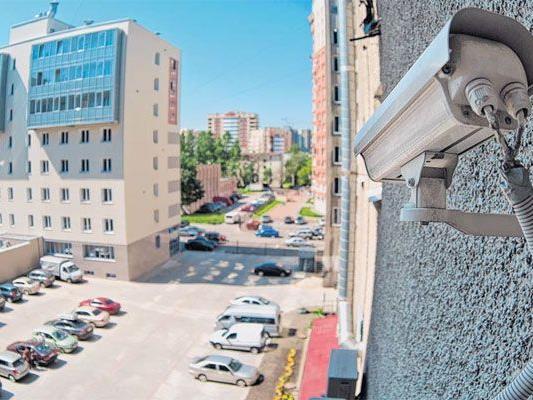 Durch INDECT sollen tausende Überwachungskameras miteinander vernetzt werden. Alleine in Österreich gibt es geschätzte 250.000 Kameras im öffentlichen Raum. Zu langes Sitzen im Bus oder Rennen auf öffentlichen Straßen gelten bereits als verdächtige Handlungen. Entwickelt sich die Republik zum totalen Überwachungsstaat?