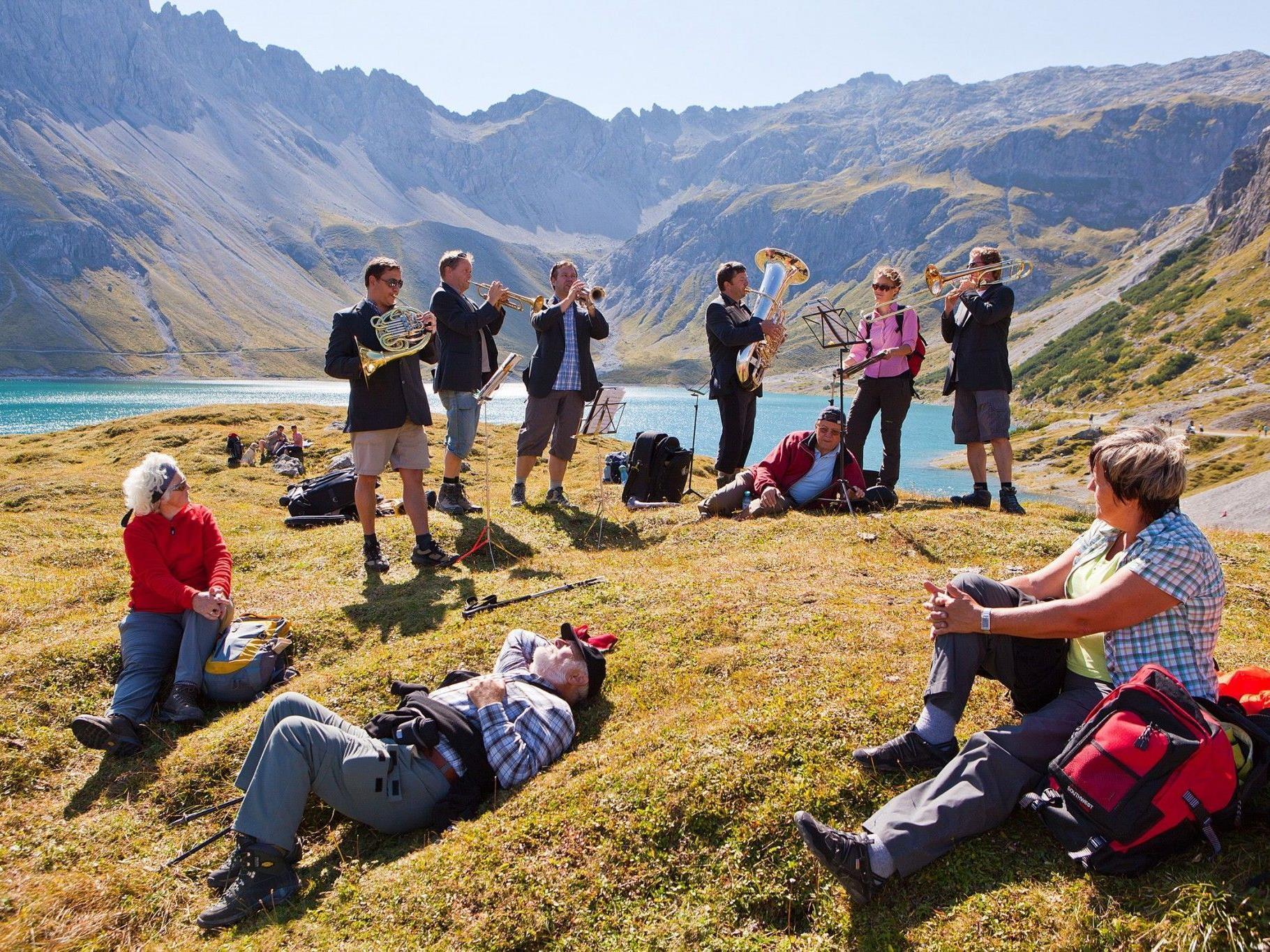 """Mit """"Berge.hören"""" zu sehenswerten Hütten und Bergen wandern."""