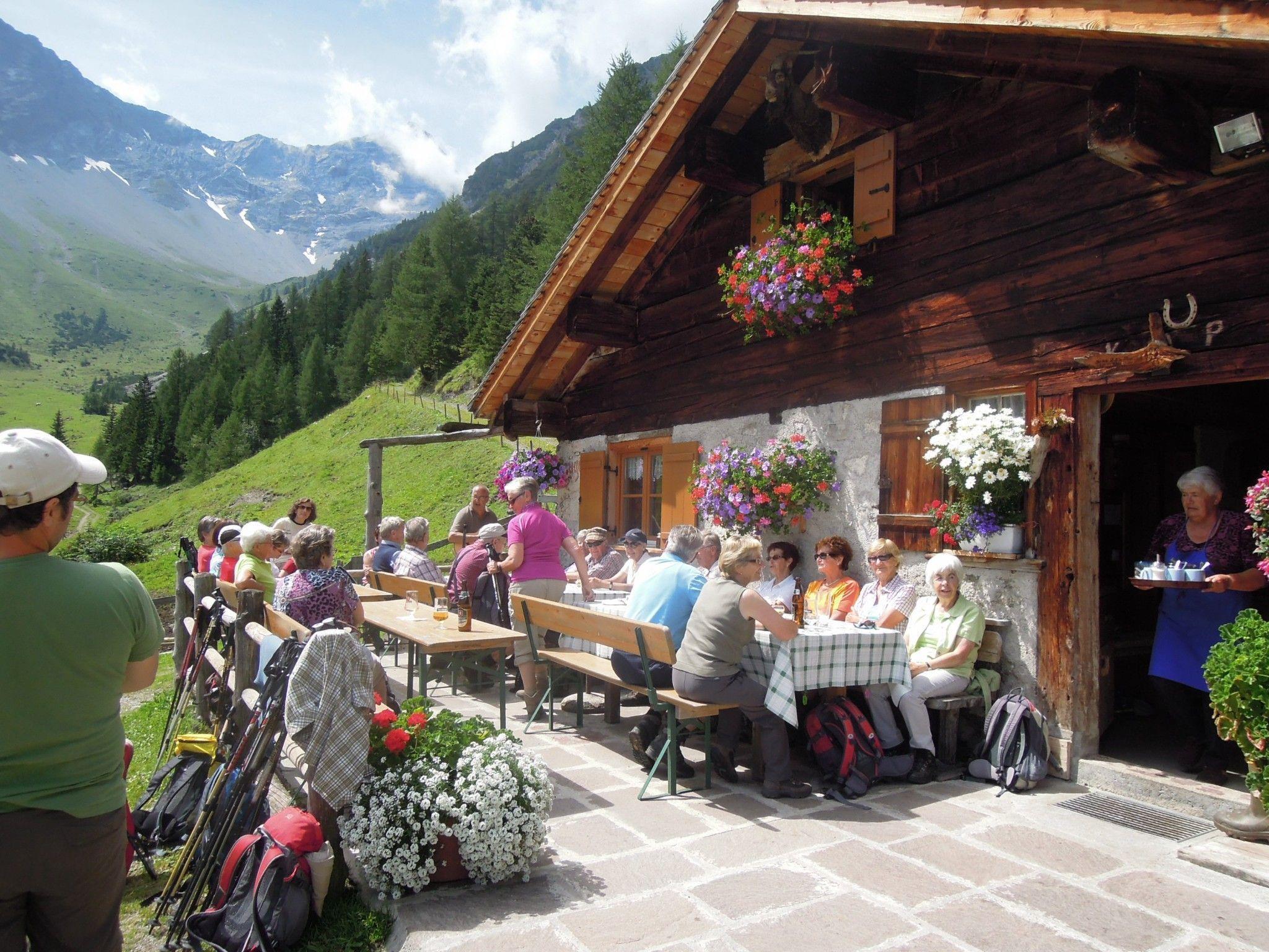 Die Senioren sammeln wieder Kräfte mit guten Speisen auf ihrer Wanderung zur Brüggelealpe.