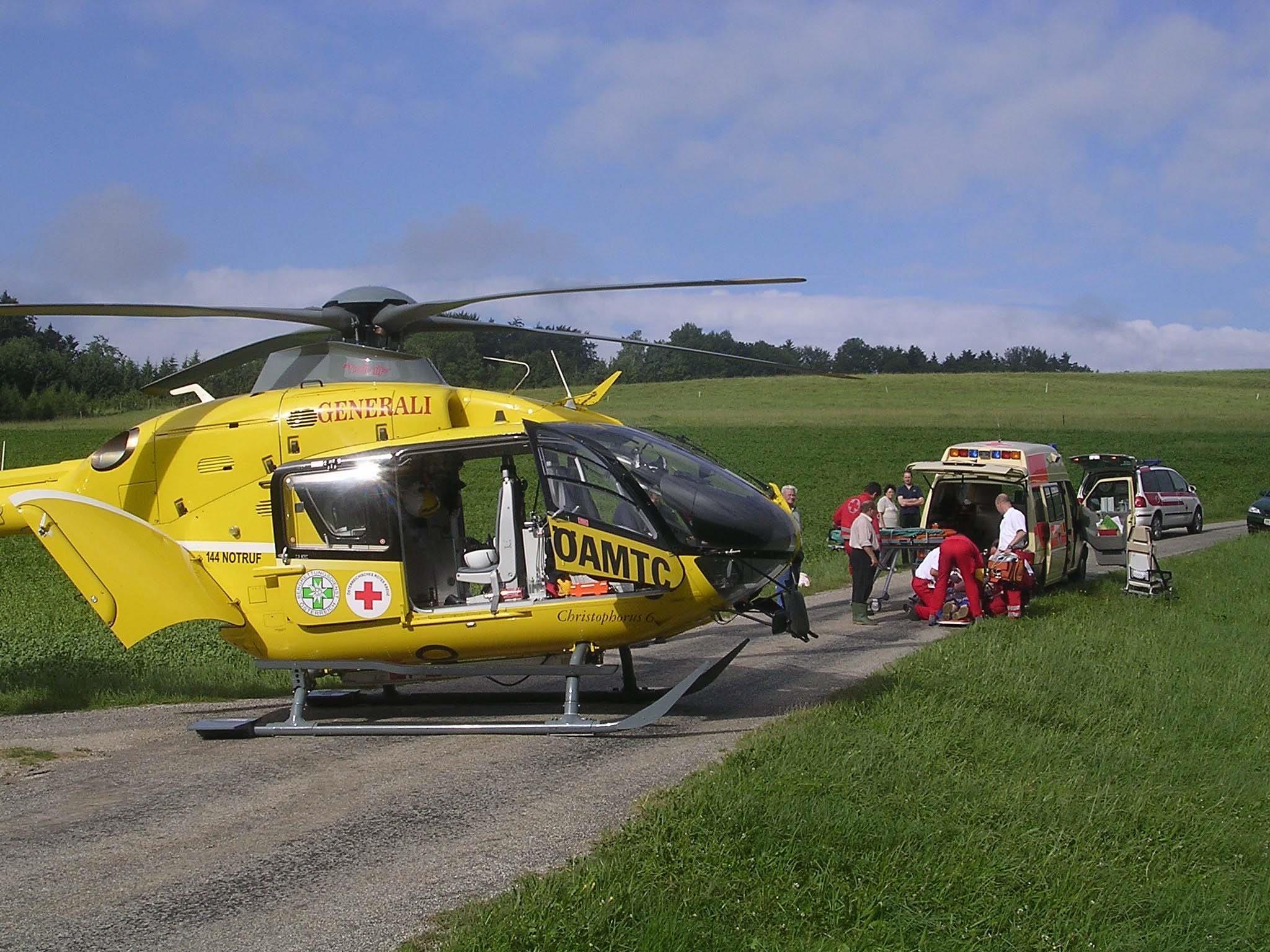 Mit dem Notarzthubschrauber Christophorus 6 wurde der Verletzte ins Tal geflogen.