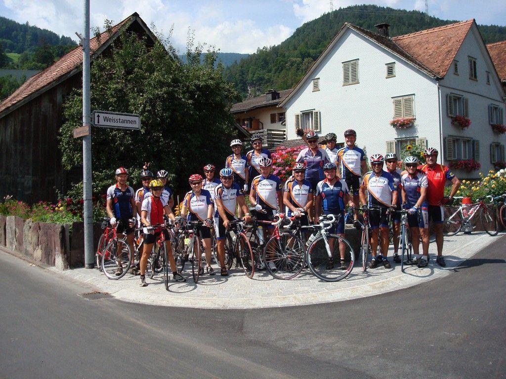 Die VSRV Metzler Radler beim Dorfbrunnen in Mels.
