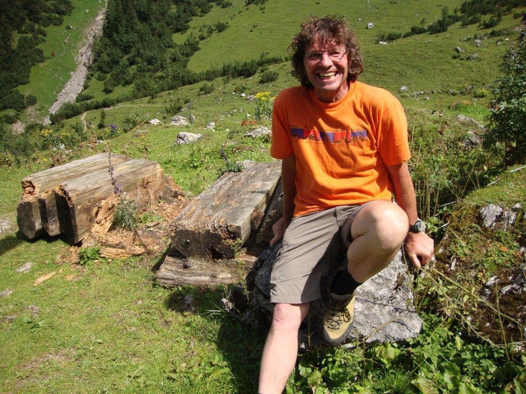 Theo Fritzsche in den heimischen Bergen auf der Sarotlahütte.