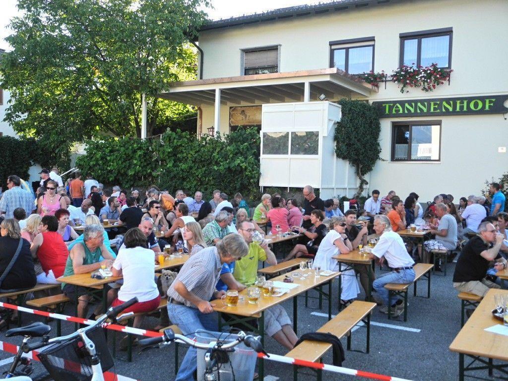 Zur Neuerröffnung des Gasthaus Tannenhof in Meiningen war das halbe Dorf gekommen
