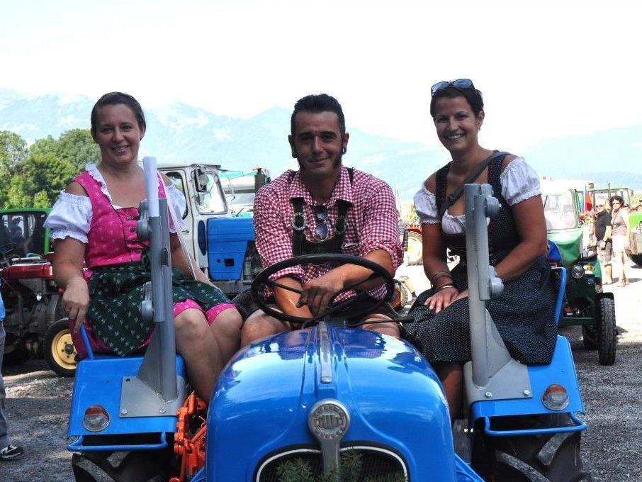 Andreas Gabalier Double holt seine Resi's mit dem Traktor ab.
