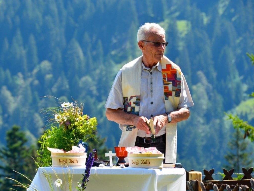 Pfarrer Manser bei der Messfeier