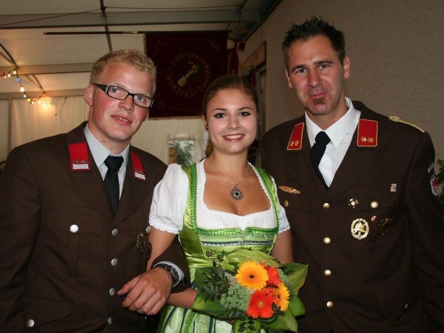 Fähnerich Thomas Latzer, Fahnenpatin Lena Neuschmid sowie Kommandant Martin Jussel.