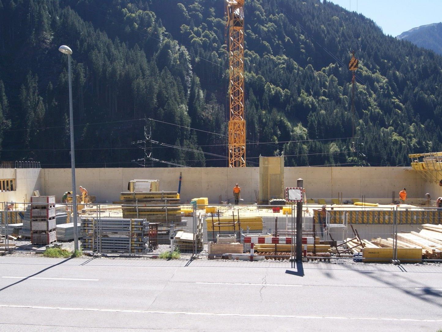 Die Arbeiten am neuen Feuerwehrhaus laufen auf Hochtouren.
