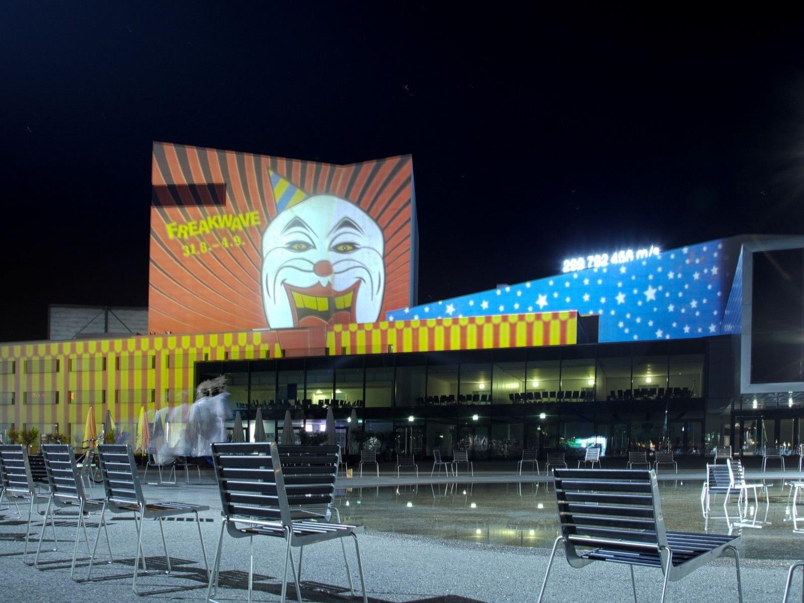 Die Visual Art-Kollektive Neon Golden und Luma tauchen das Festspielhaus mit ihren Installationen wieder in neues Licht.