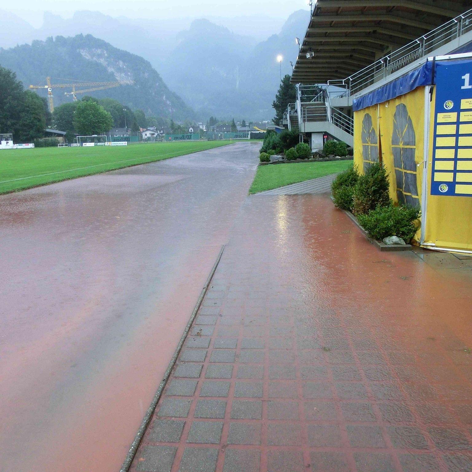 Roter Schlamm überschwemmt das Herrenriedstadion, eine Generalsanierung ist unumgänglich.