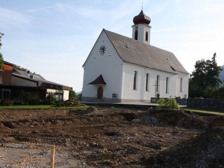 Neben der Kirche entsteht das neue Krumbacher Mehrzweckhaus.