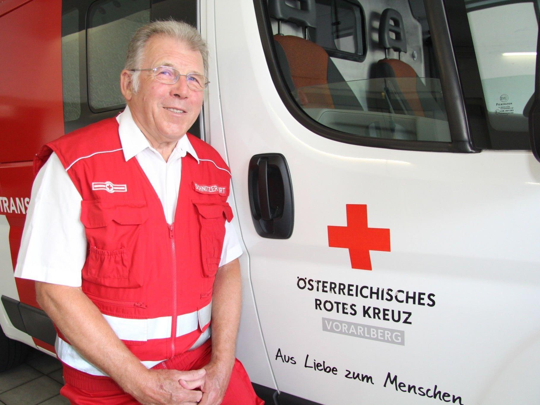 Kurt Schnitzer mit Einsatzfahrzeug