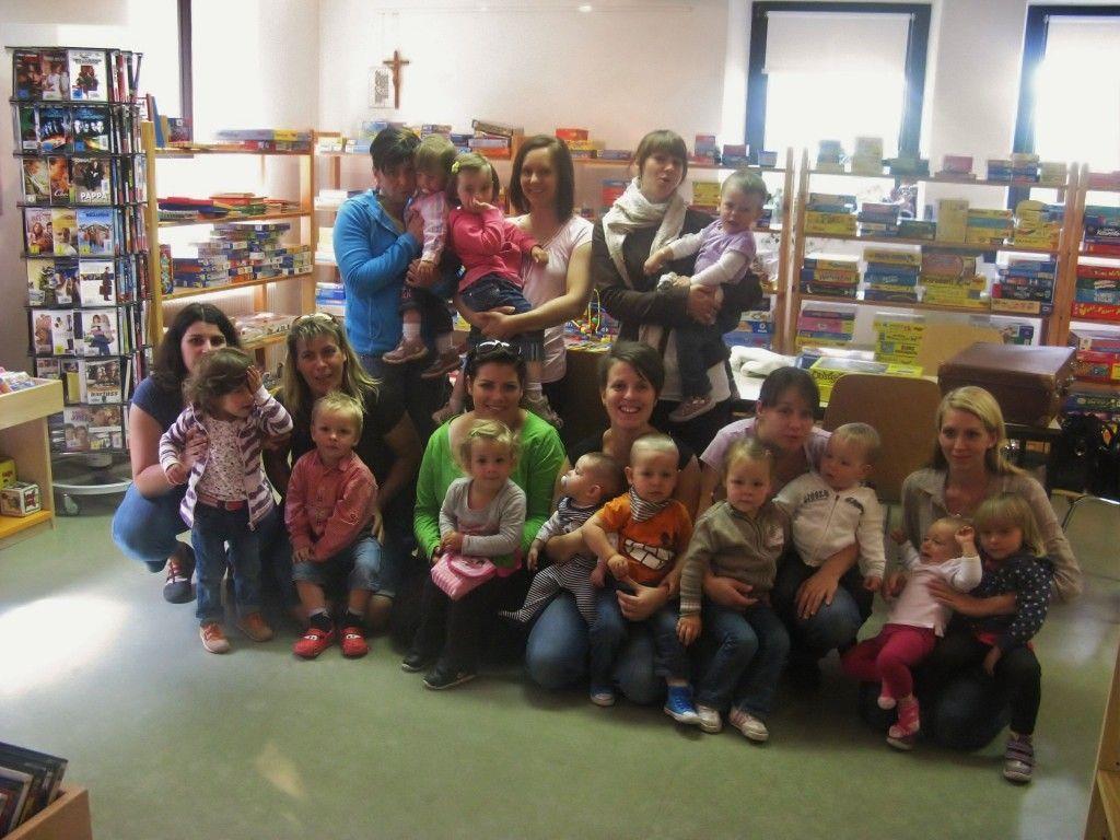 Silbertaler Mama-Kind-Treff zu Besuch in der Spielothek der Pfarre Schruns