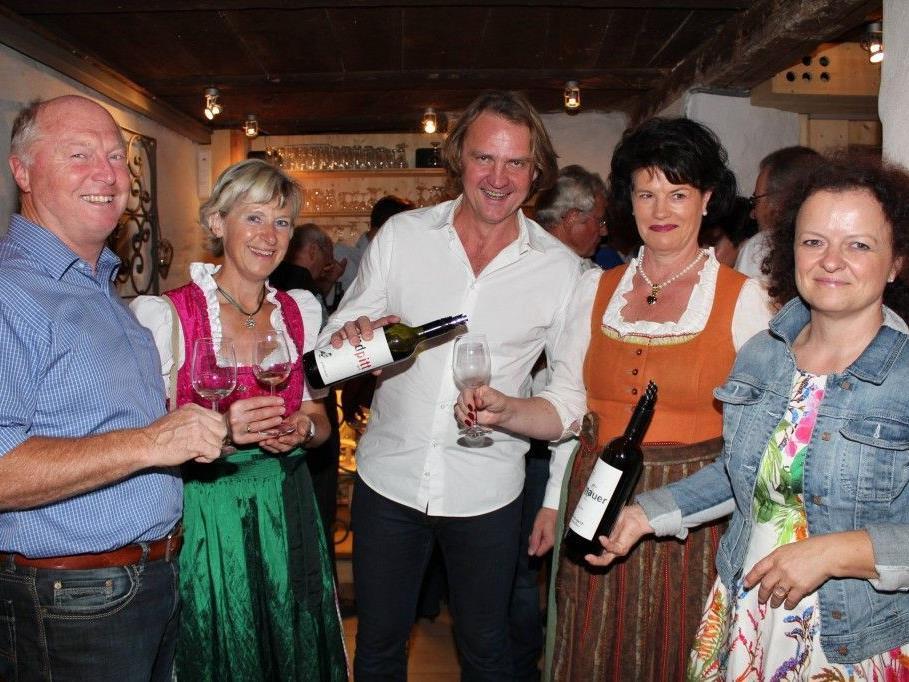 Bgm. Egon und Erna Troy, Winzer Gerhard Pittnauer, Christine Tauber und Brigitte Pittnauer.