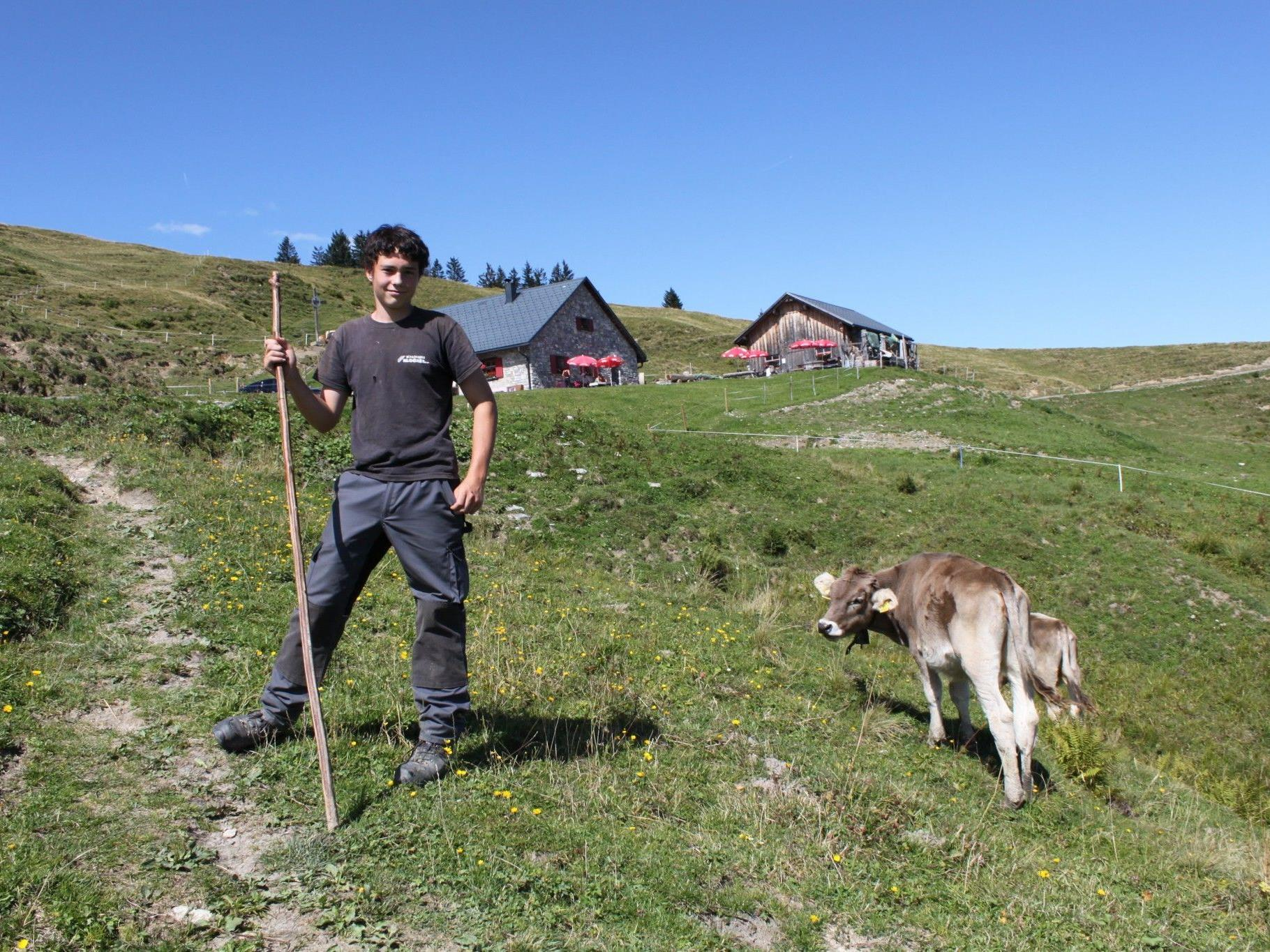 Hirte Lukas vor der Hohen-Kugel-Alphütte
