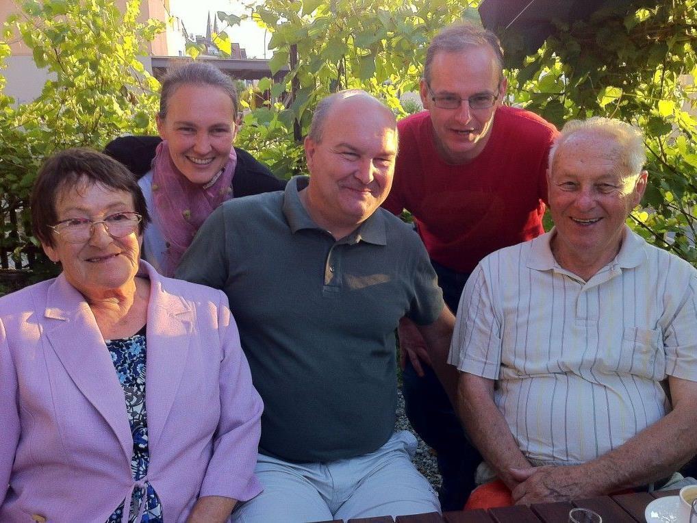 Manfred Fetz (Mitte) im Kreise seiner Familie.