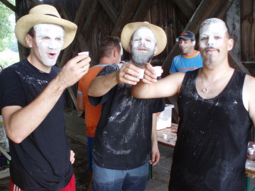 Bei der Nünar-Regatta geht es vor allem lustig zu - inklusive Mehltaufe.