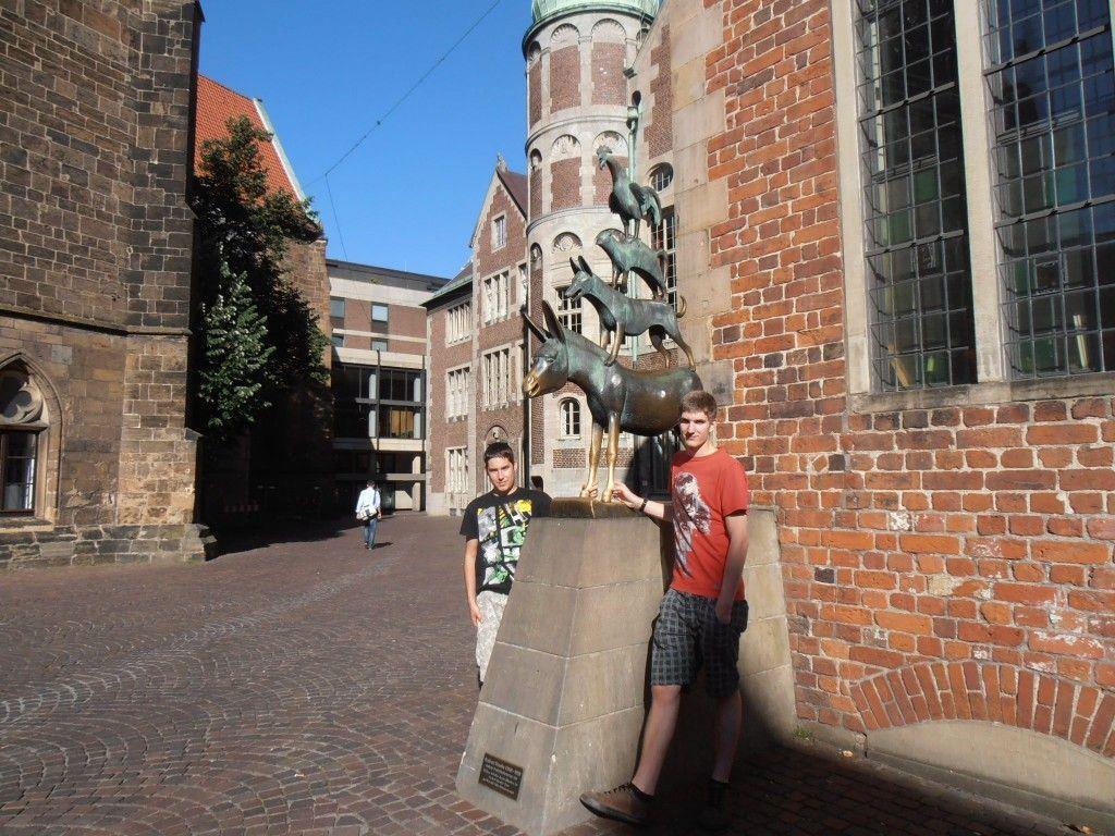 Andreas Moosmann (rechts) und Kevin Konzett posierten vor den Bremer Stadtmusikanten.