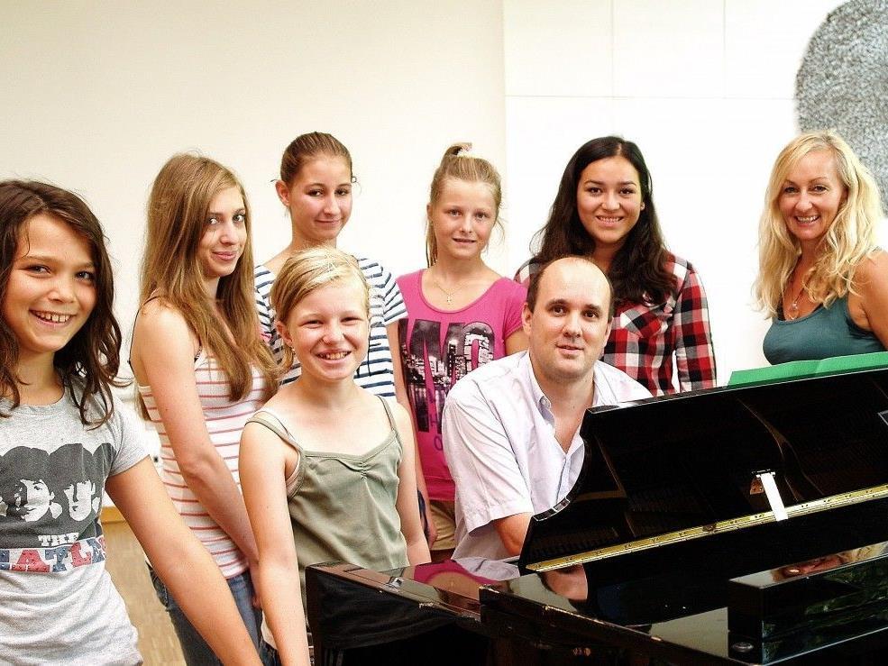 Clemens Weiß mit einigen Teilnehmerinnen der Musiksommerwoche.