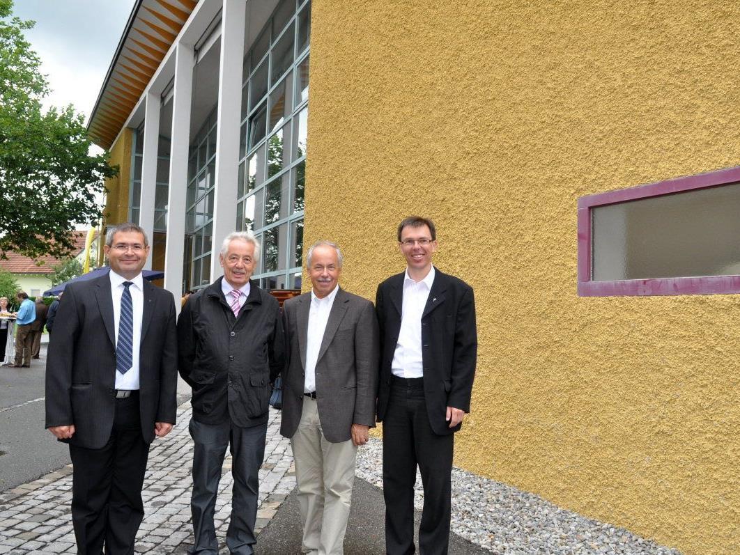Pfarrer Romeo Pal, Klaus Lorger und Toni Czelecz vom Pfarrkirchenrat sowie Kaplan Rainer Büchel (v.l.) freuen sich, dass die Umbauarbeiten schon begonnen haben.