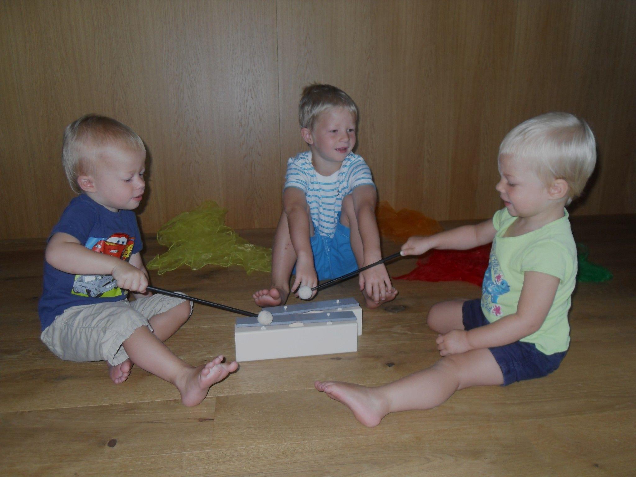 Vincent, Julius und Valerie machen gerne Musik.