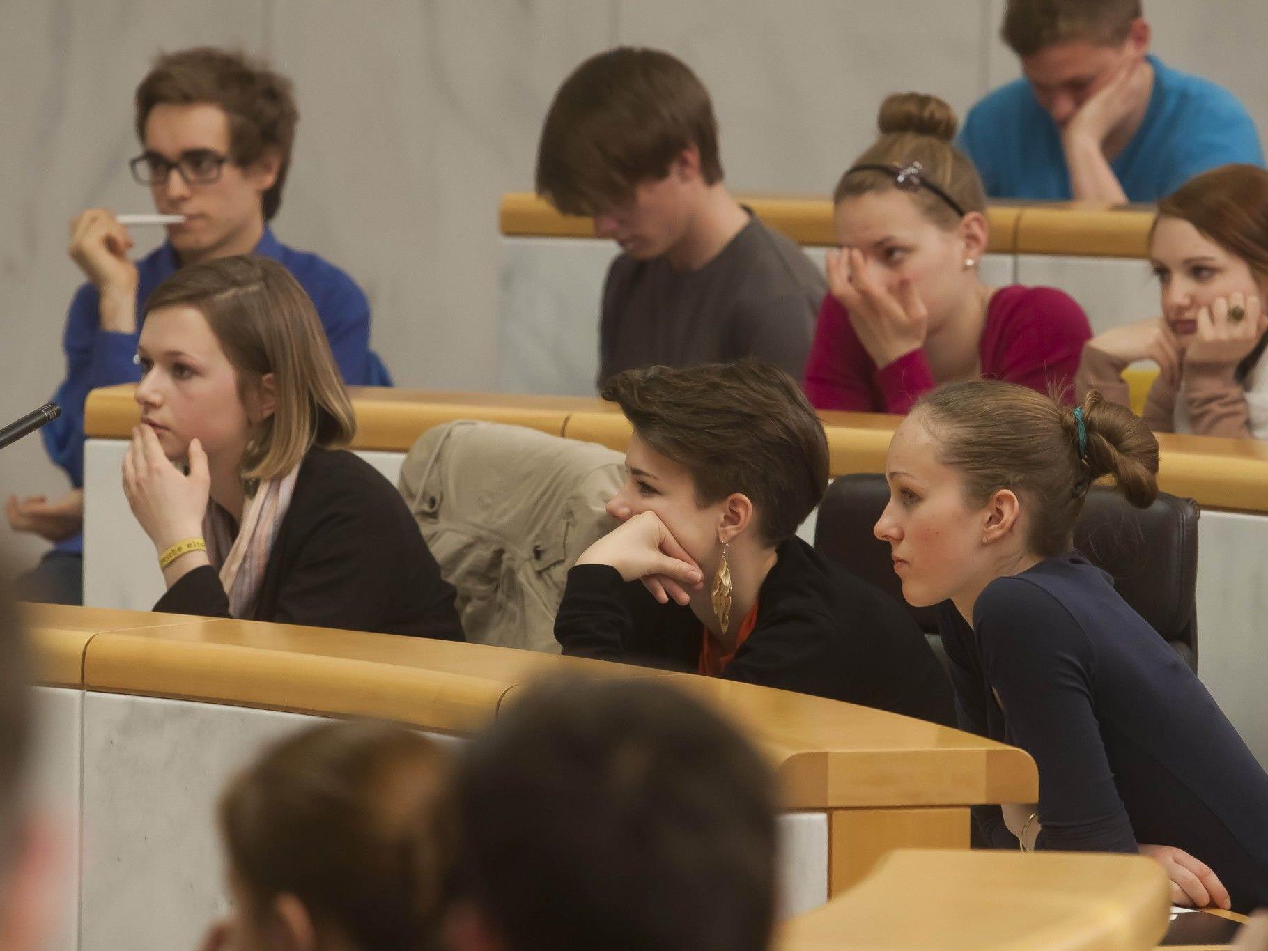 Meinung sagen: Im Schülerparlament nehmen Jugendliche die Plätze der Vorarlberger Politiker im Landtag ein.