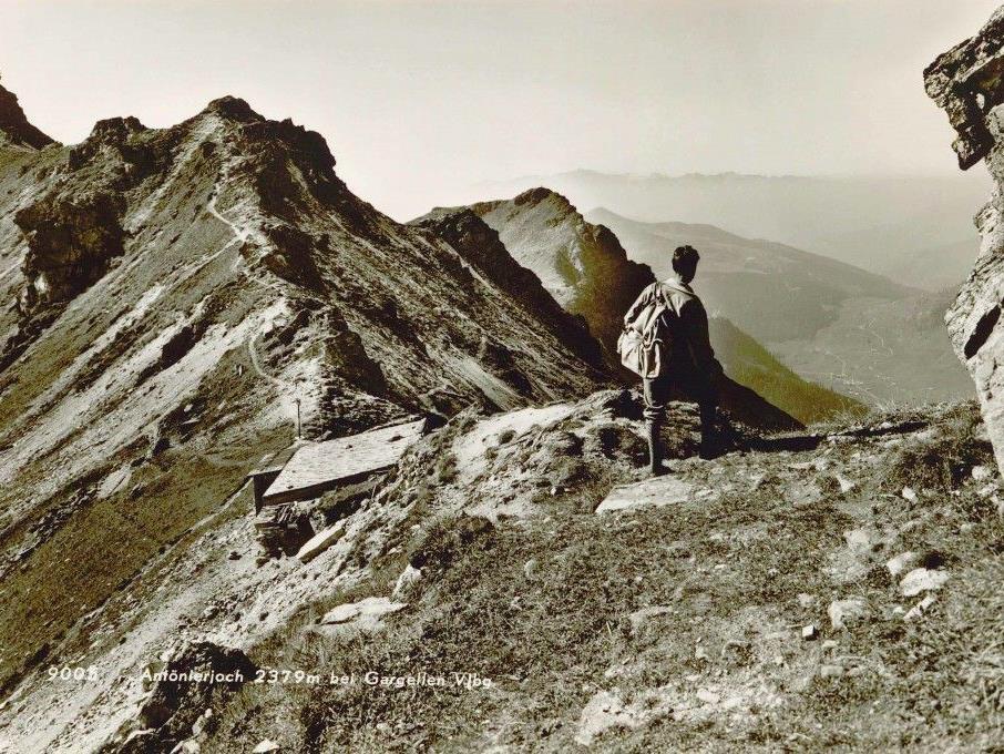 Ein Wanderer zu früheren Zeiten auf dem St. Antönierjoch (2.379 m).