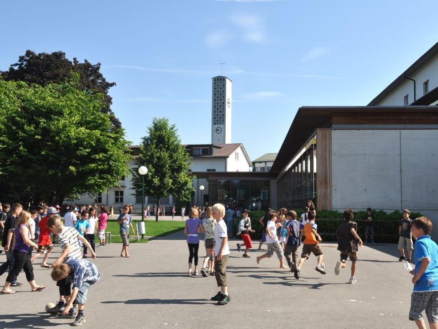 Der Pausenhof wird neu gestaltet. Den Volksschülern steht bereits nach den Herbstferien ein attraktiver Erlebnisplatz zur Verfügung.