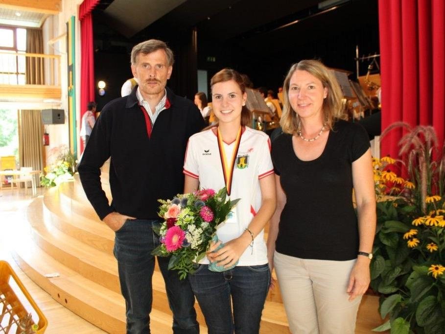 Jugend-Weltmeisterin Lara Jehle mit ihren Eltern Gina Jehle und Hermann Türtscher.