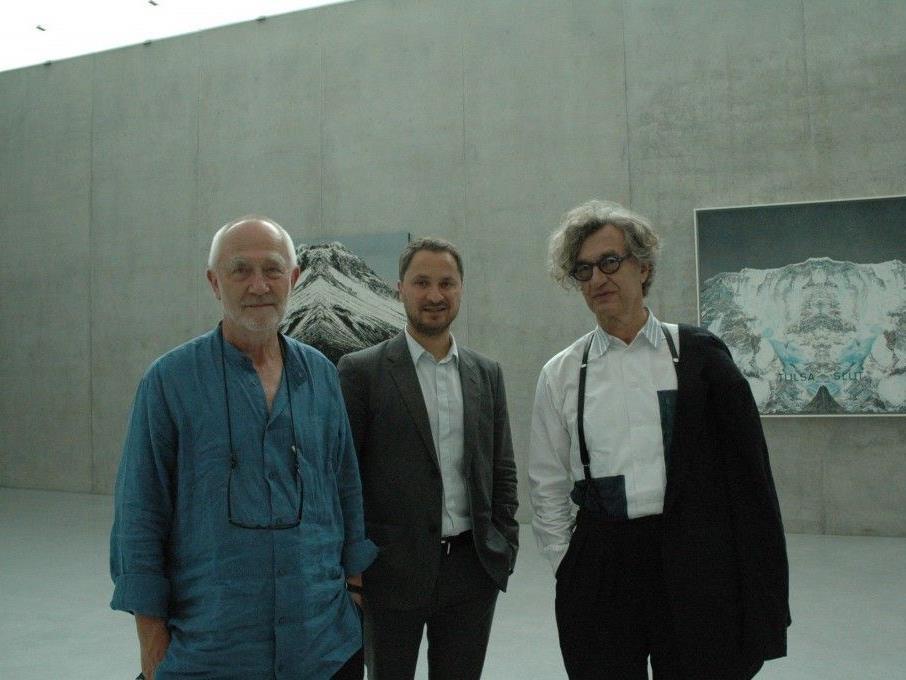 Peter Zumthor, Yilmaz Dziewior und Wim Wenders in der aktuellen Ausstellung Reading Ed Ruscha