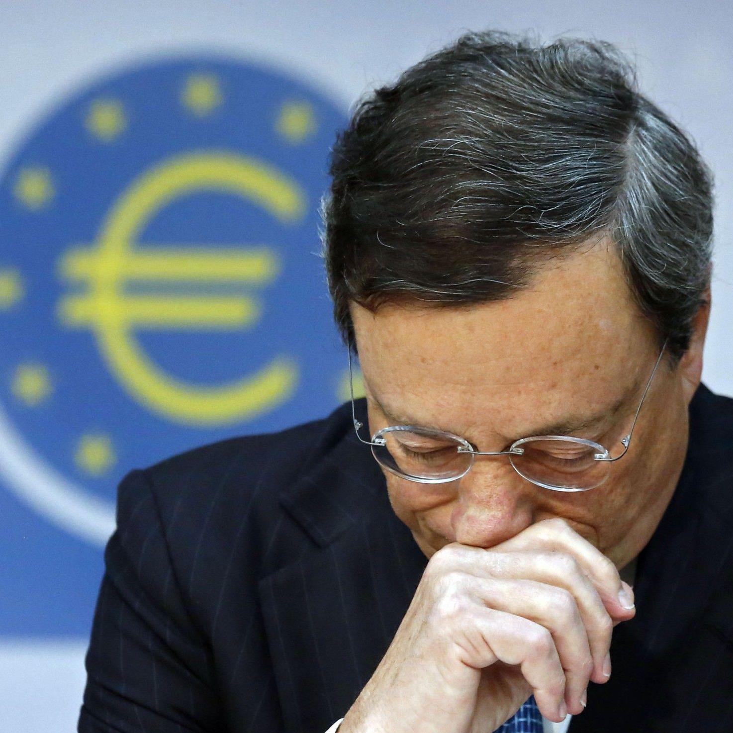 Im Kampf gegen die Euro-Krise hält sich die EZB zunächst mit Ankäufen von Anleihen klammer Euro-Schuldenstaaten weiter zurück.