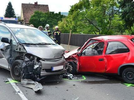 Vier Personen wurden bei dem schweren unfall am Montag verletzt.