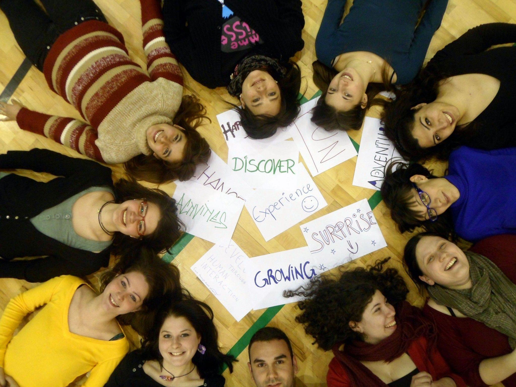 Jugendliche arbeiten in sozialen Projekten in Europa mit.