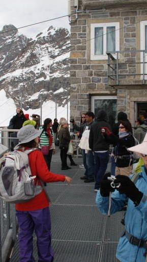 Asiatische Touristen auf der Aussichtsplattform Sphinx über dem Jungfraujoch.
