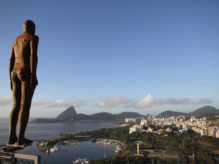 Gormley-Skulptur über den Dächern von Rio.