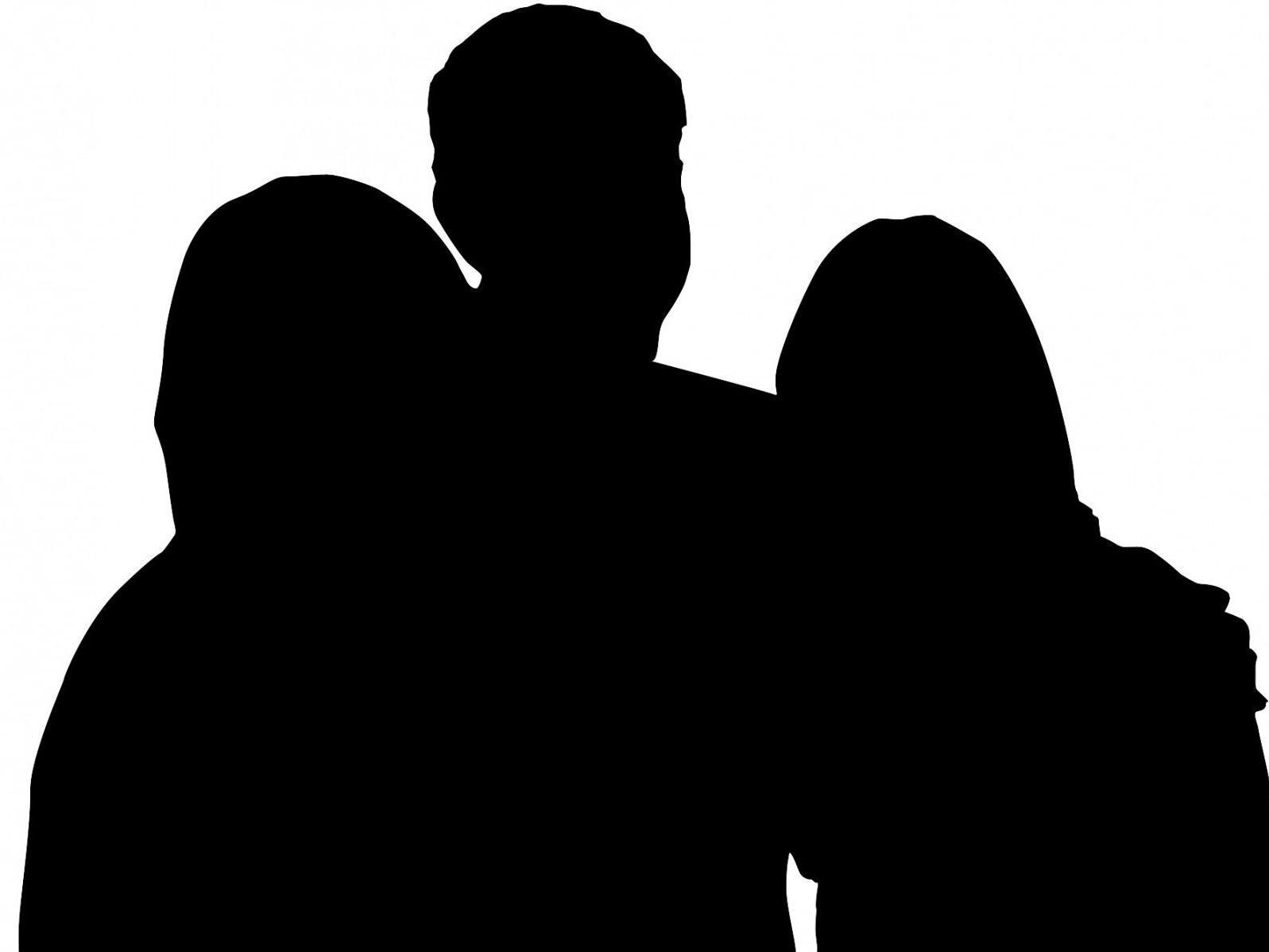 Partnerschaft von Mann mit zwei Frauen genehmigt.