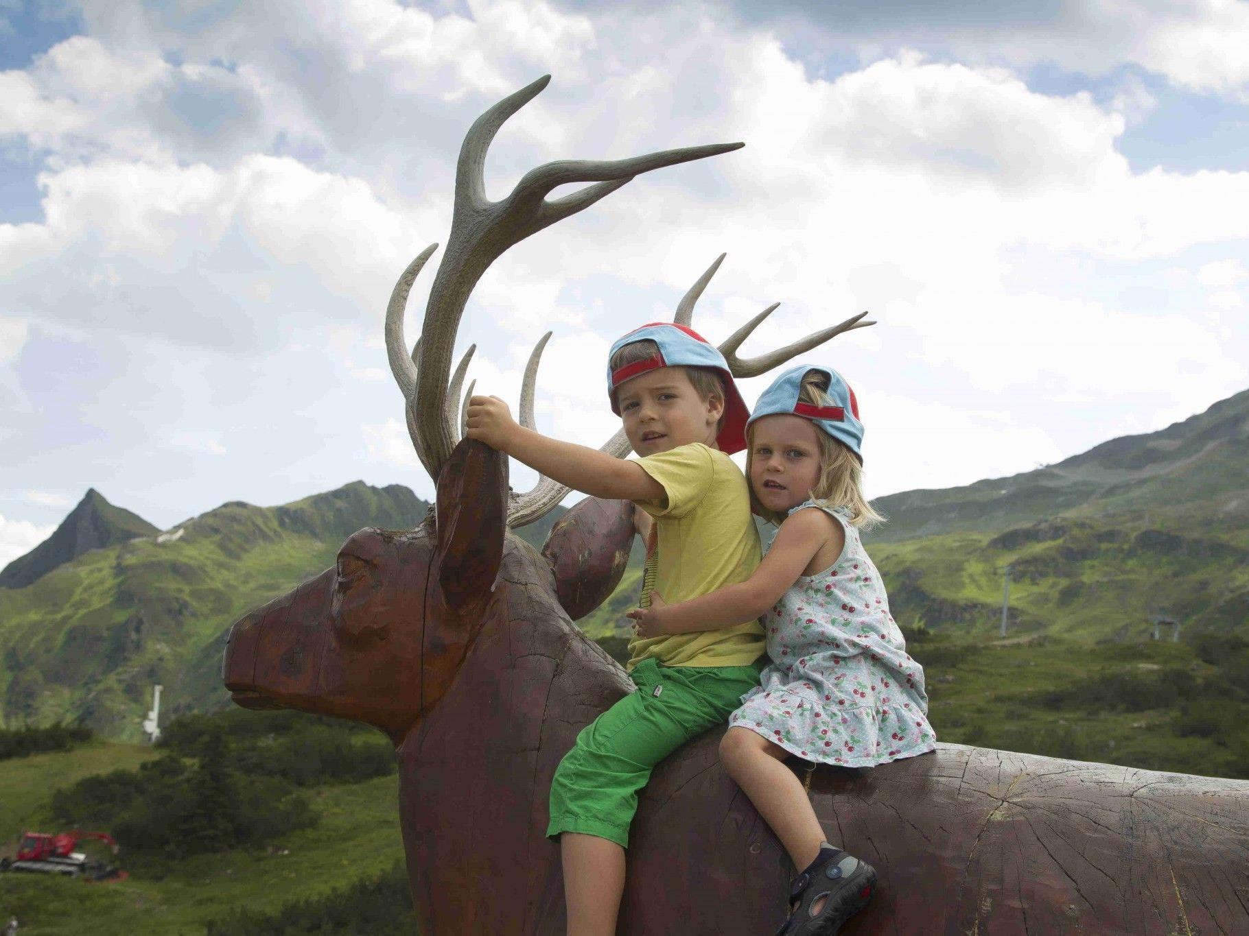 Keine Angst vor großen Tieren zeigten Pia und Liv aus Weiler. Schließlich war der Hirsch aus Holz und daher ganz zahm.