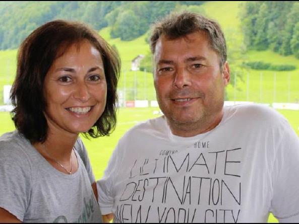 Grillmeister Manfred und Fan-Petra Niedermair gehören bei den Heimspielen auf der Birkenwiese zum Inventar.