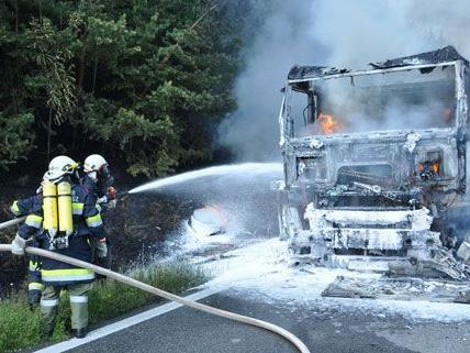 Ein LKW fing am Dienstagnachmittag auf der A 21 Feuer.