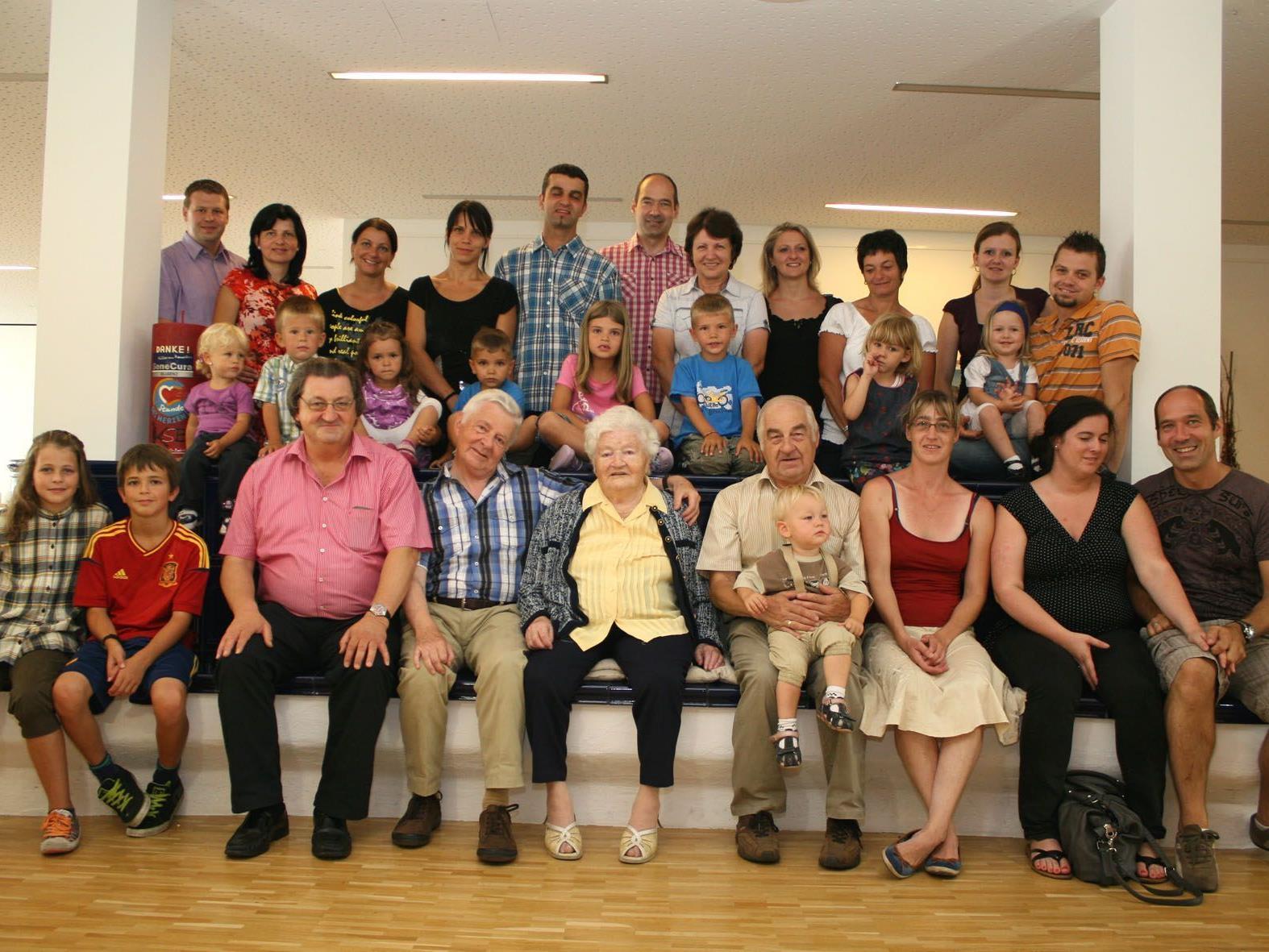 Luisa Weg inmitten ihrer Kinder, Enkel und Urenkel.