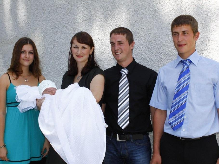 Elias mit seinen Eltern und Paten bei der Taufe.
