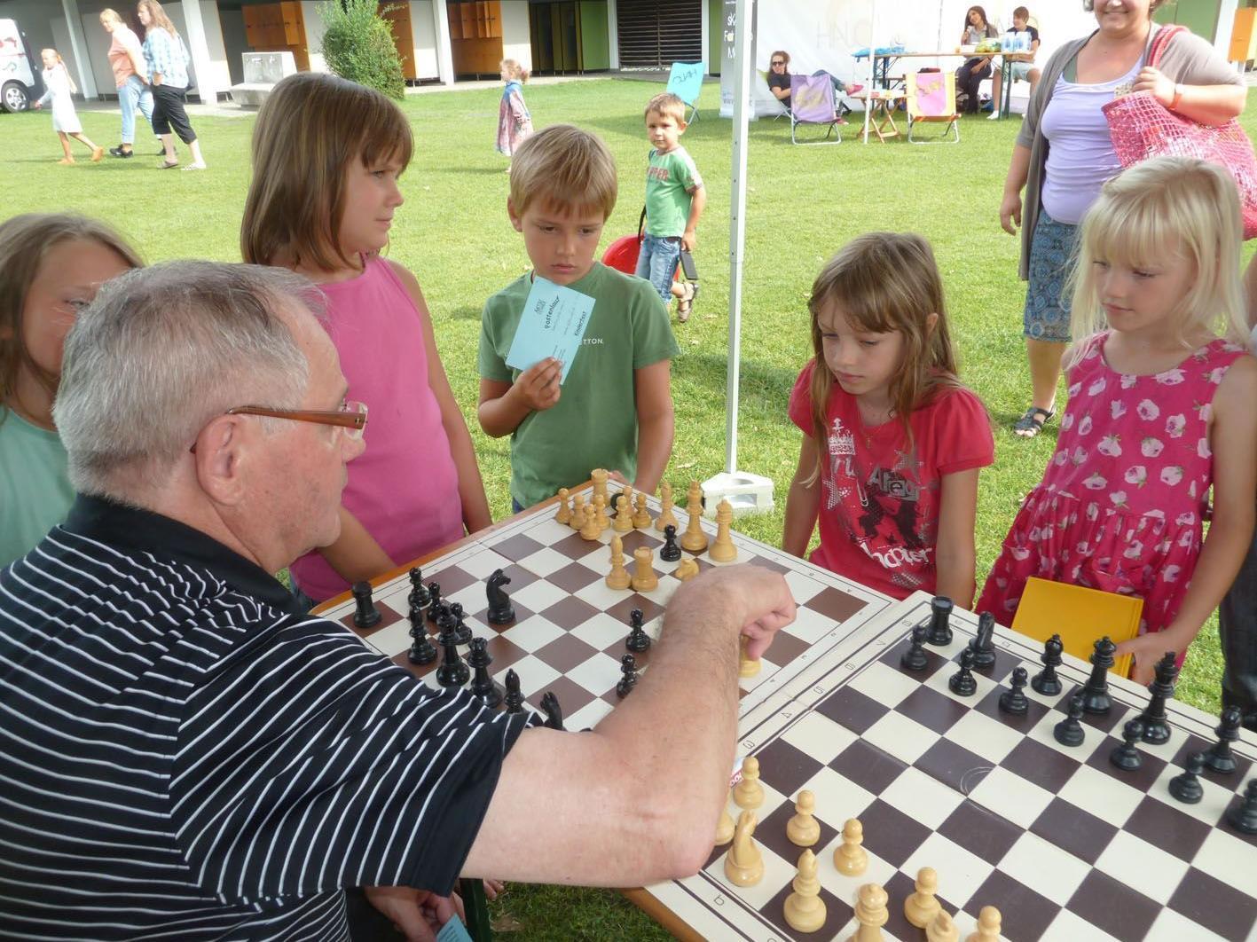 """Der Schachklub stellte beim Hohenemser Sommerferien-Programm das """"Spiel für schlaue Füchse"""" vor"""