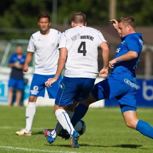 VfB Hohenems gewinnt beim Aufsteiger Admira mit 2:1 und bleibt Spitzenreiter der Landesliga.