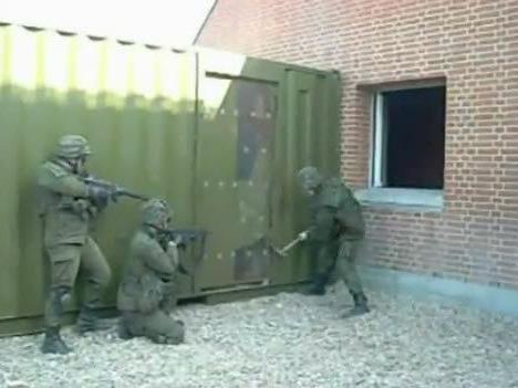 Soldat vor einer beinahe unüberwindbarer Hürde.
