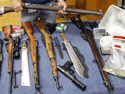 Ein Waffenarsenal und Drogen fanden die Ermittler in der Wohnung vor.