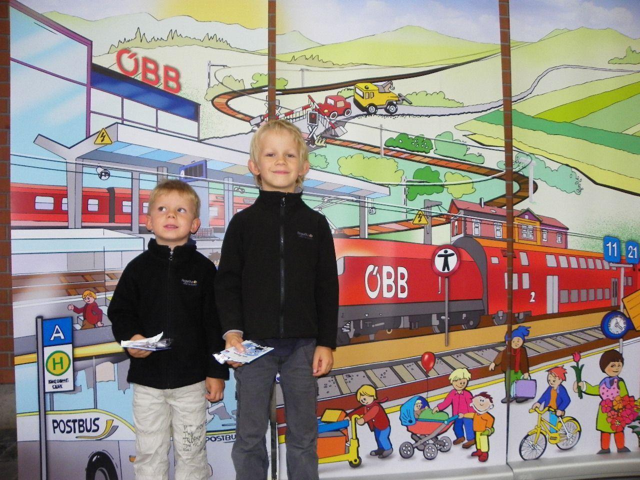 Dorian und Niko sind schon kleine Eisenbahnfans