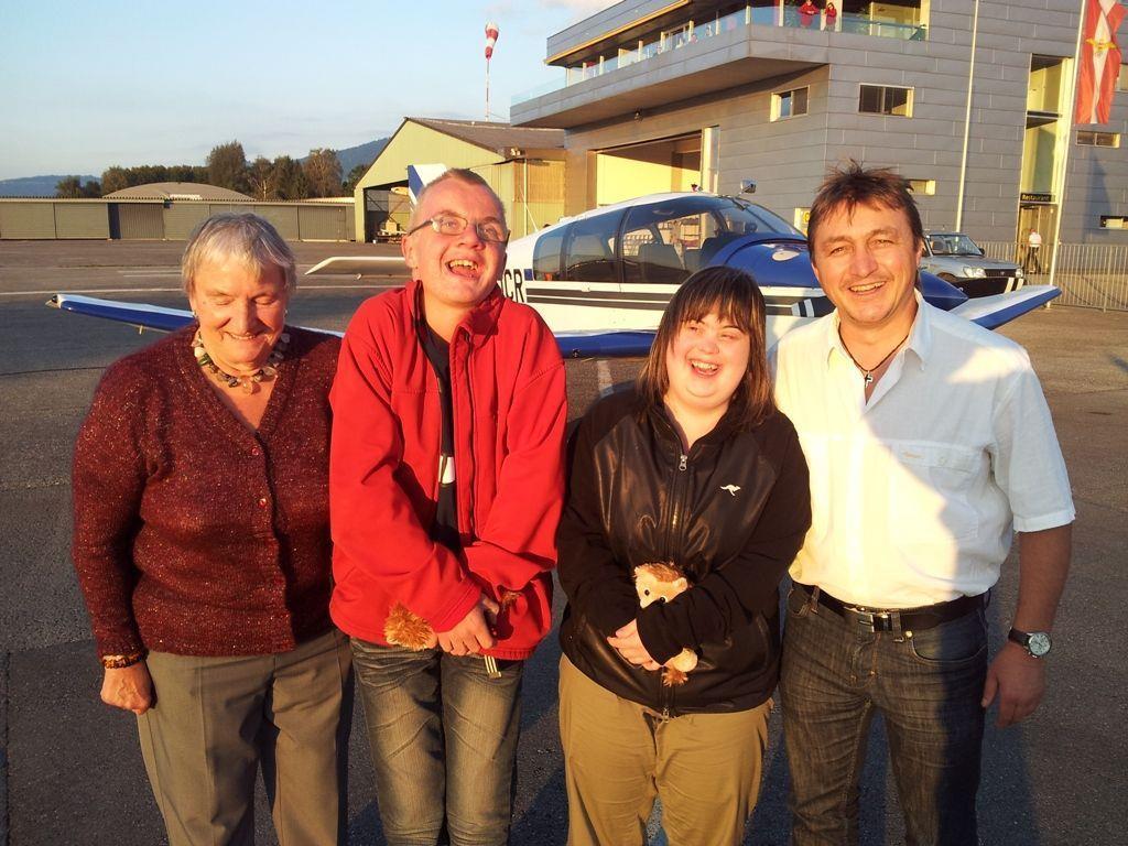 Waltraud Brunner spendierte Mathias und Susanne einen Rundflug, pilotiert von Bgm. Werner Konzett