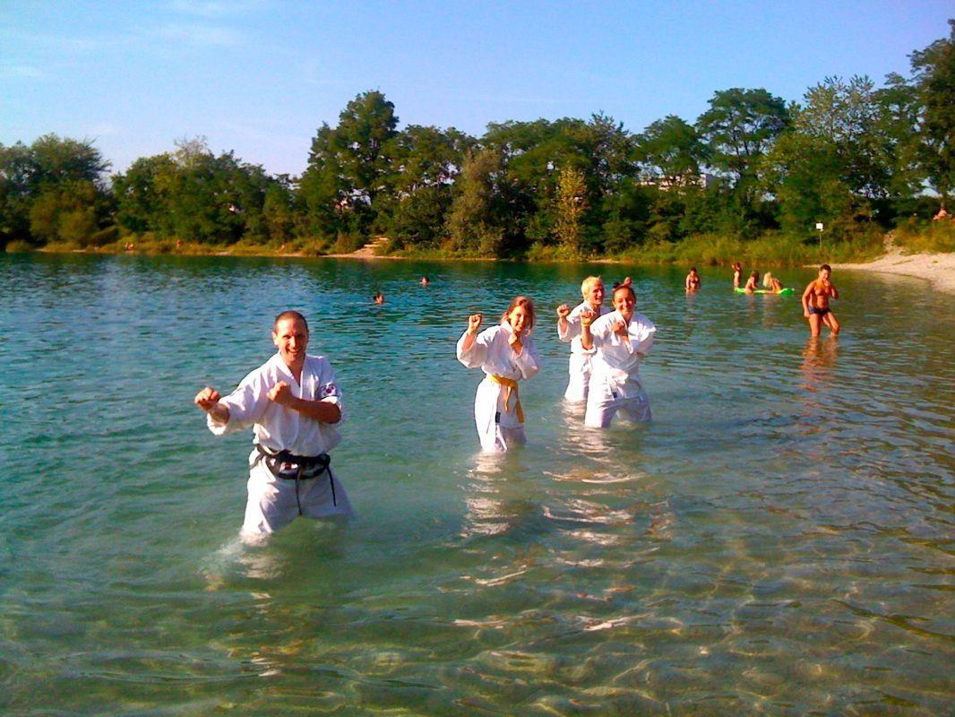 Einmal etwas anderes: Karate-Training im Baggersee