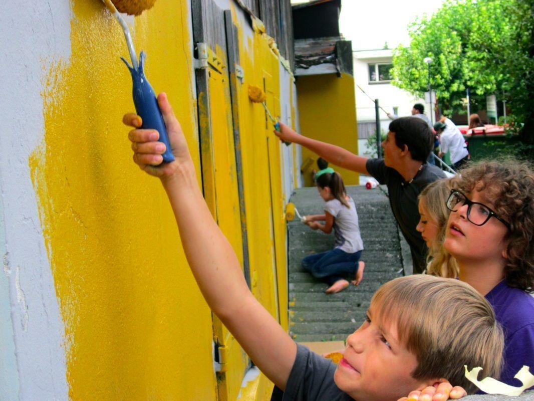 Vollen Einsatz zeigten die Jugendlichen am ersten Tag des Graffiti Workshop beim Jugendtreff Planet