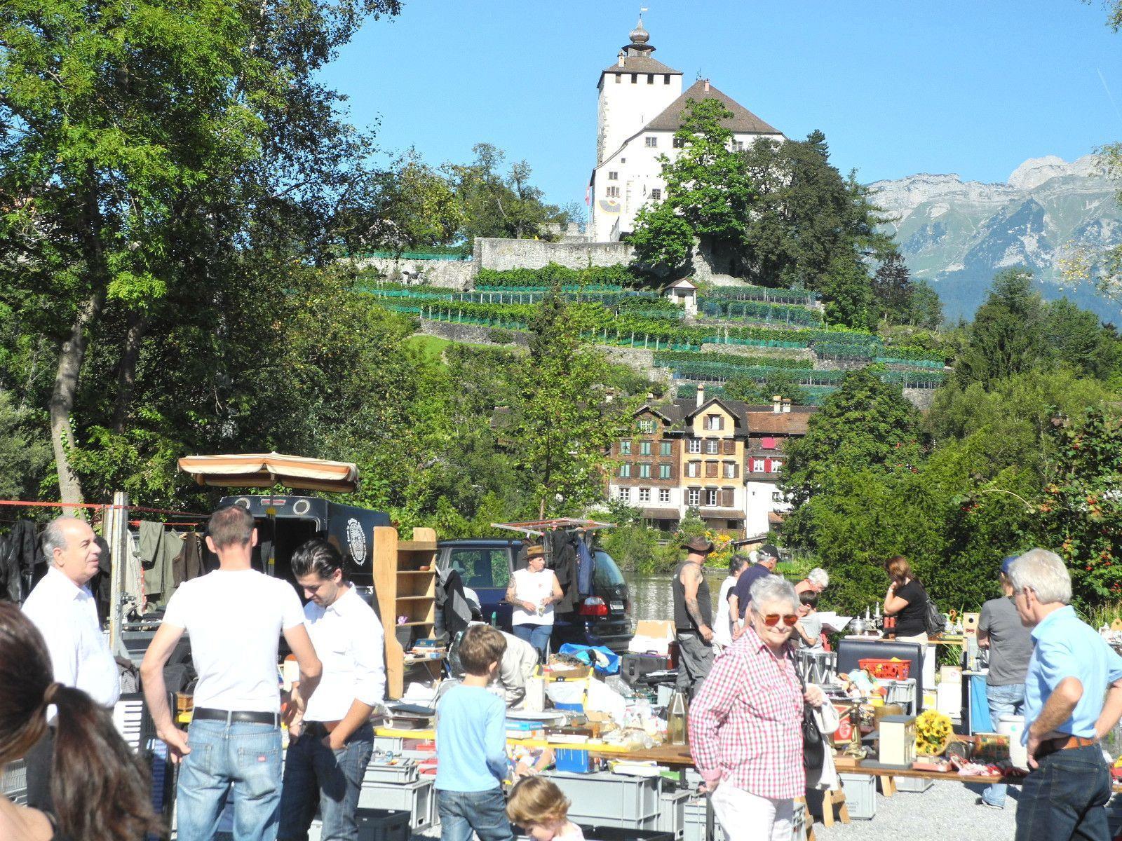 Die Flohmärkte Buchswerdenberg finden direkt am Werdenberger Seelein auf dem Marktplatz statt.