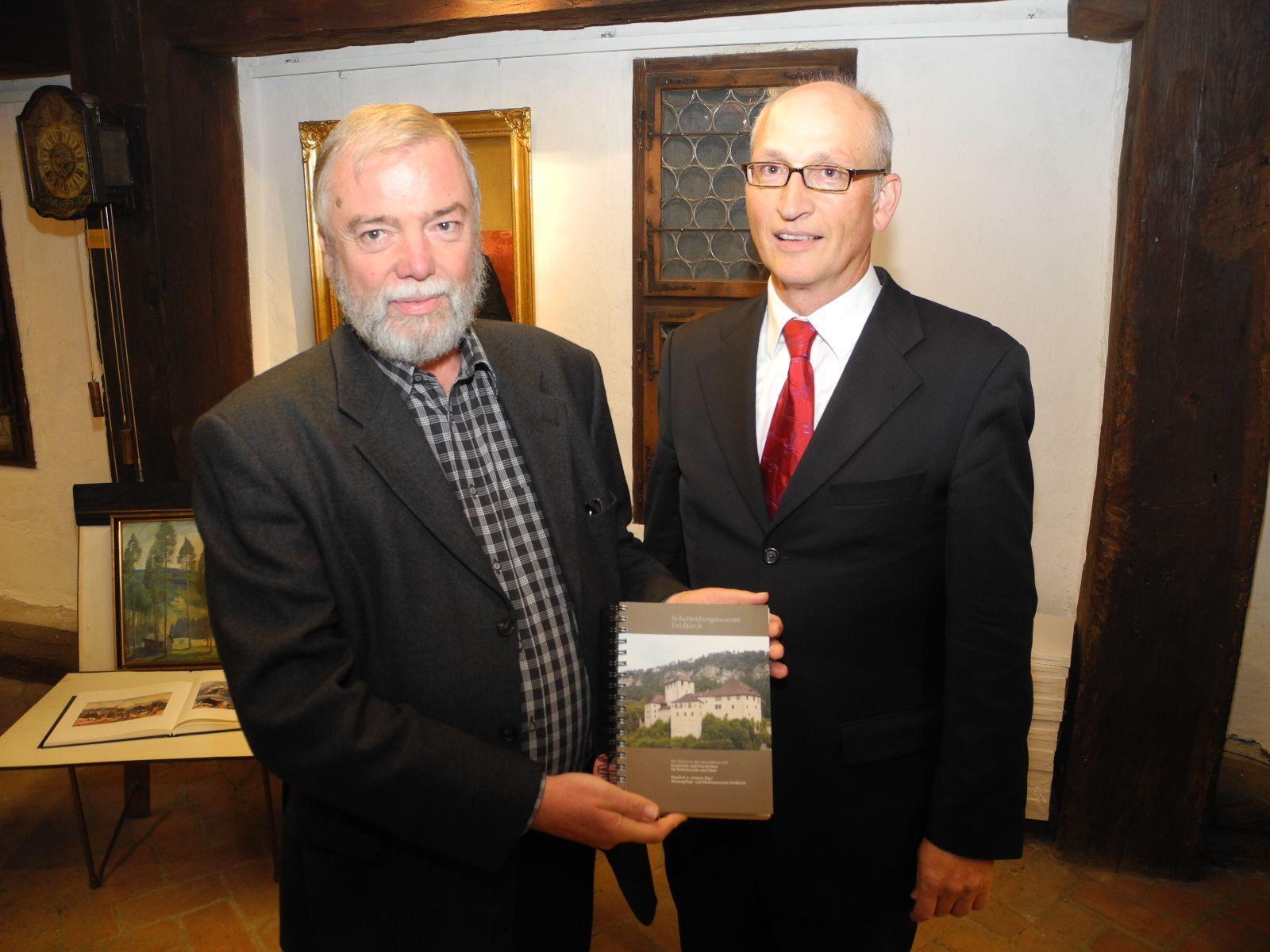 (l.) Manfred A- Getzner stellt das neue Buch mit Thomas E. Wanger einem Mitarbeiter vor